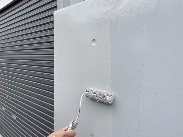 外塀の上塗り2回目塗装作業状況