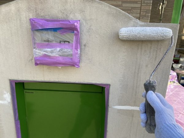 塀の下塗り塗装作業状況