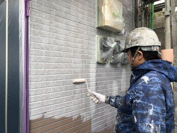 外壁のWB下塗り塗装作業状況