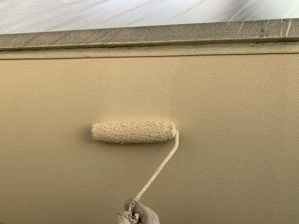 ベランダ腰壁の上塗り1回目塗装作業状況