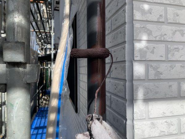 付帯部(竪樋)の上塗り1回目塗装作業状況