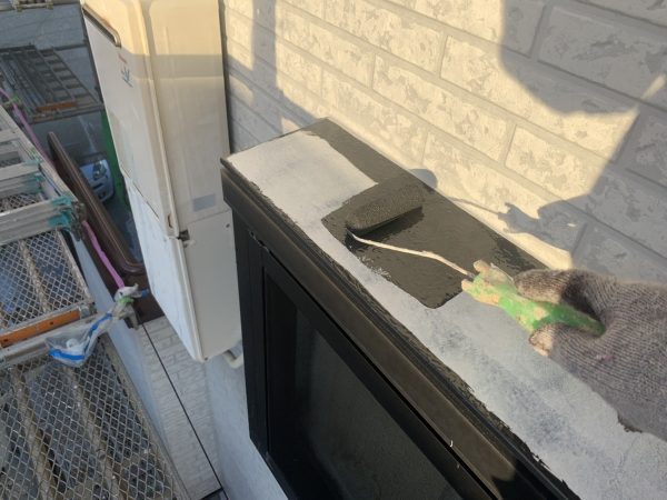 出窓天板の上塗り1回目塗装作業状況