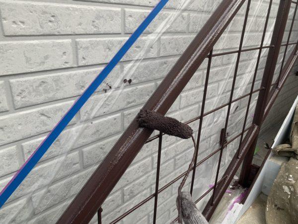 鉄階段の上塗り2回目塗装作業状況