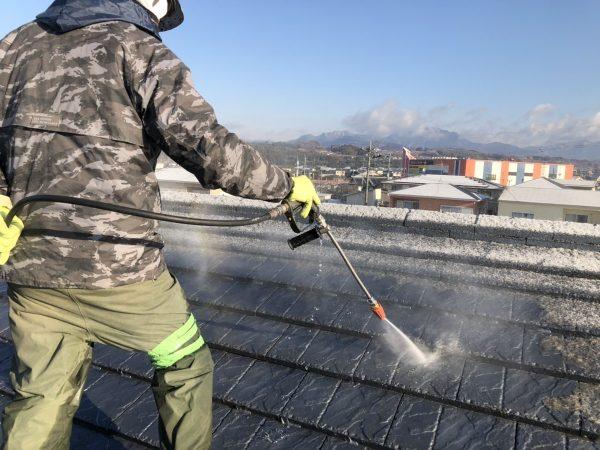 屋根の高圧洗浄作業状況