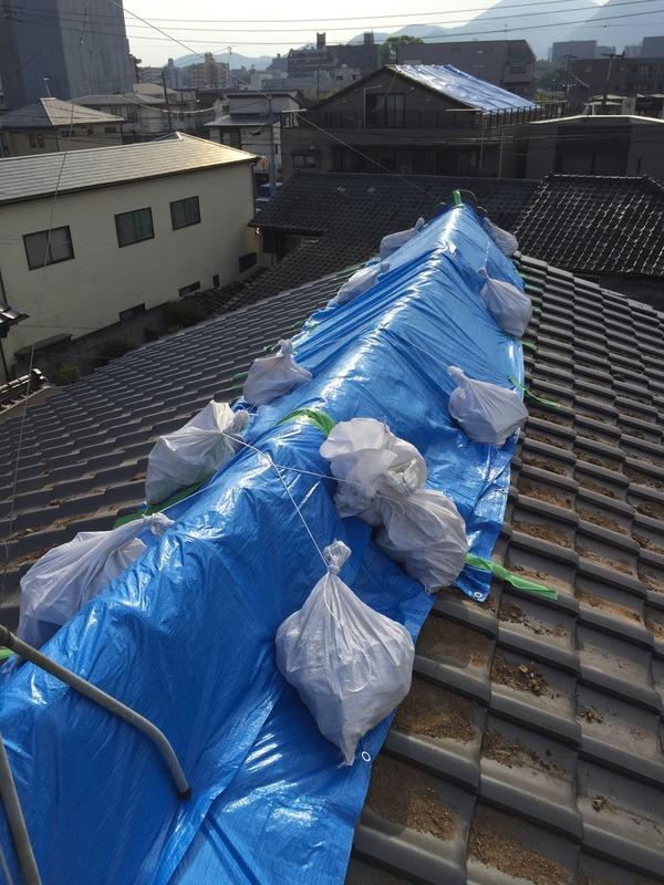 熊本市長嶺、薬園町、黒髪 瓦屋根、雨漏り対策ブルーシート作業 サムネイル
